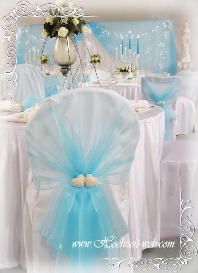 Hochzeitsdekoration mit elegant dekorierten Stuhl Hussen